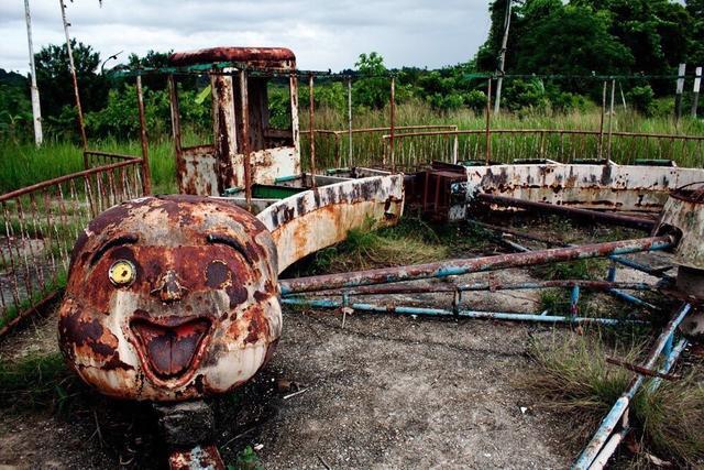 """被遗弃多年的游乐园变成""""恐怖鬼屋"""",没小孩再敢接近"""
