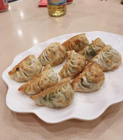 花泽香菜在中国过跨年,还与成龙等明星合影留念