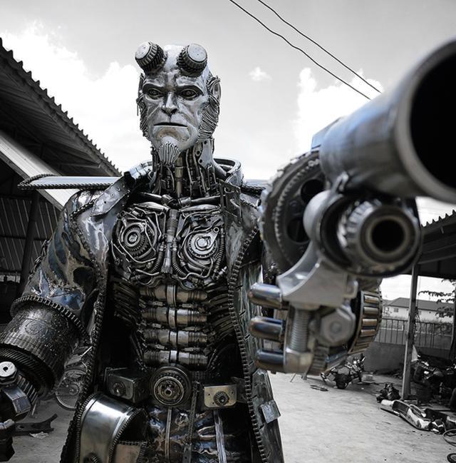 绿巨人变成了钢铁侠,身高超过3米,还是用废旧材料打造的