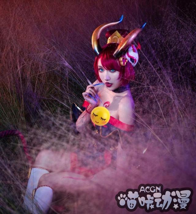 英雄联盟恶魔伊芙琳,腥红之月超还原cos,红发雪肤太迷人